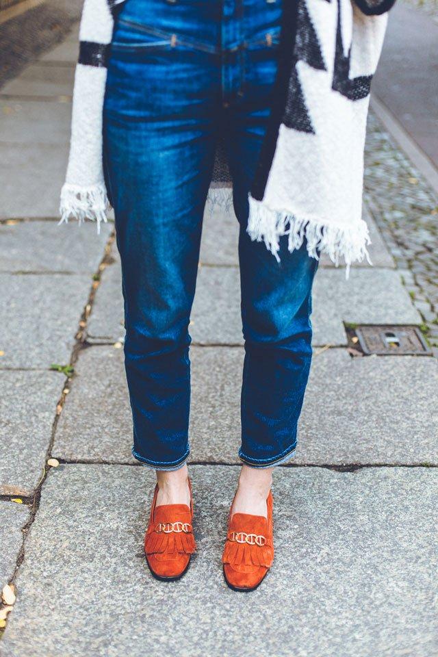 Outfit mit blauer Pedal Pusher von Closed und roten Loafern