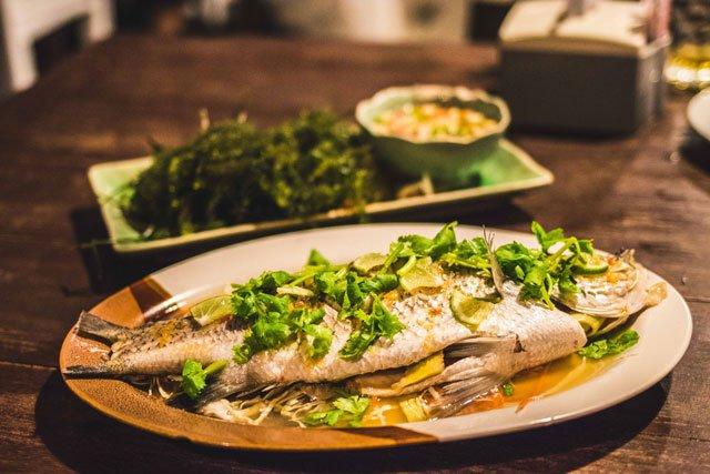 Gekochter Fisch mit Koriander und Limette in Thailand