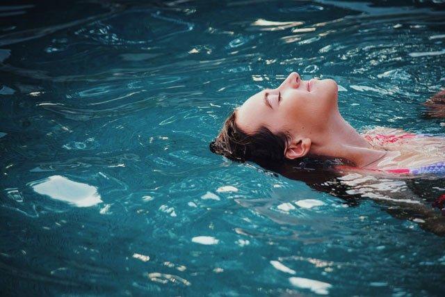 Frau badet im Wasser
