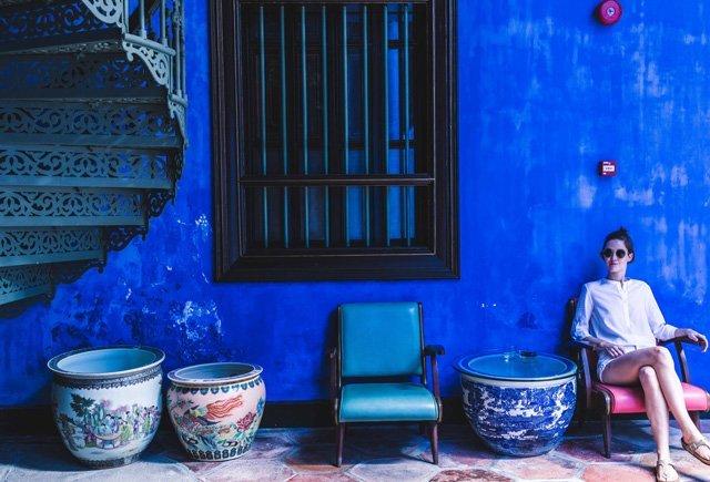 Sessel und Wendeltreppe im Hof des Blue Mansion auf Penang in Georgetown
