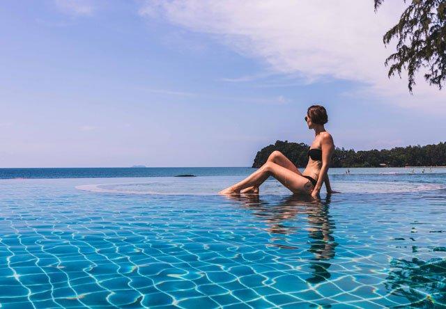 Am Infinity Pool vom Twin Lotus Resort auf Koh Lanta
