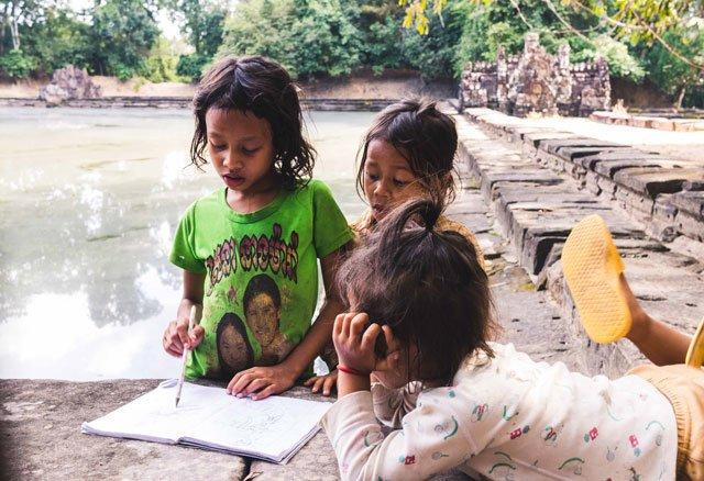 Kambodschanische Kinder am Neak Pean Tempel