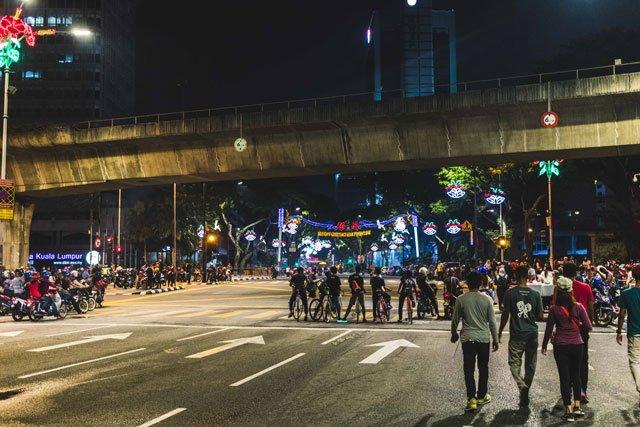 Kreuzung in Kuala Lumpur bei Nacht