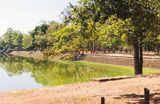 Mönche am Bassin in Angkor Wat