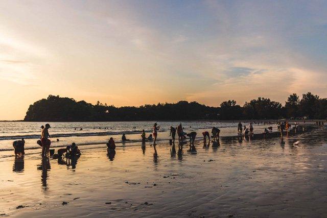 Einheimische sammeln Muscheln am Klong Dao Beach auf Koh Lanta