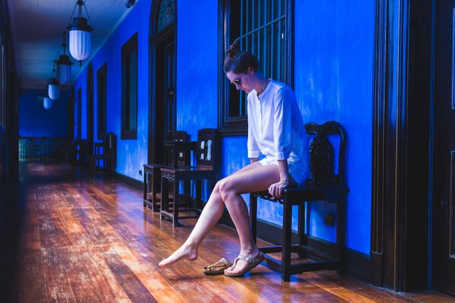 Weißes Outfit im Cheong Fatt Tze Blue Mansion