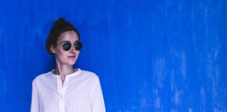Teaserbild mit weißer Bluse vor blauer Wand