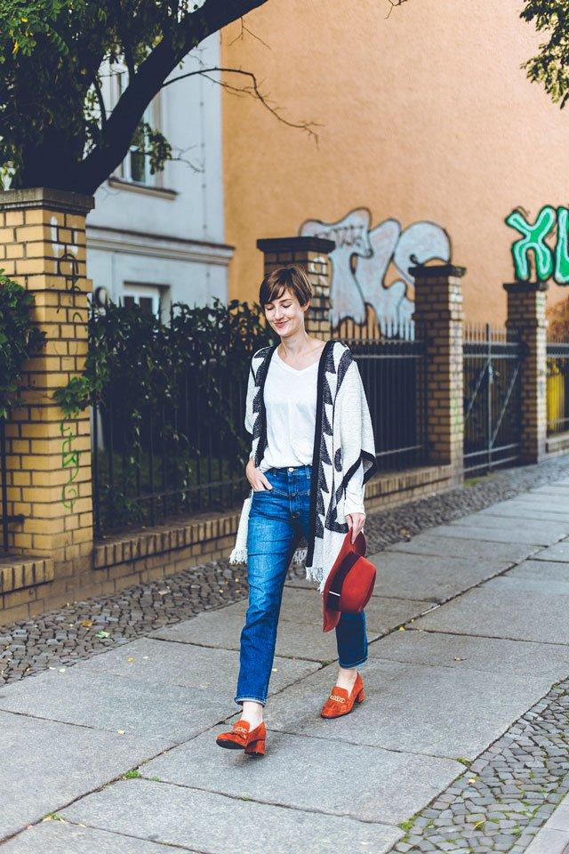 Outfit mit roten Loafern und Poncho