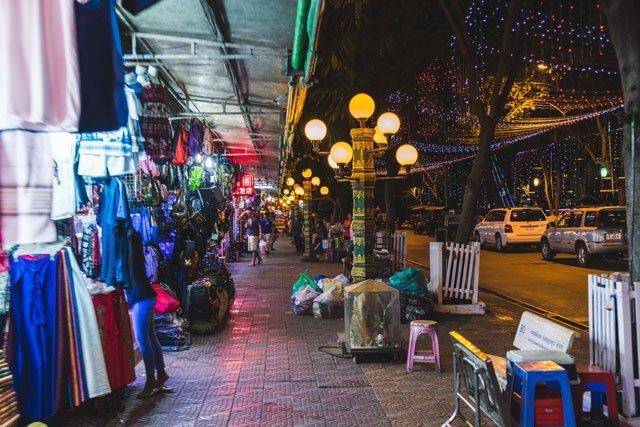 Ladenstraße von Siem Riep bei Nacht