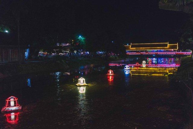 Weihnachtsbeleuchtung in Siem Reap bei Nacht