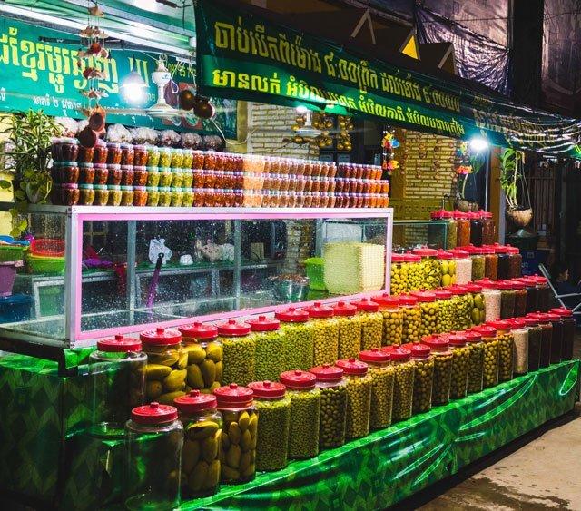 Stand mit eingelegtem Obst in Siem Reap