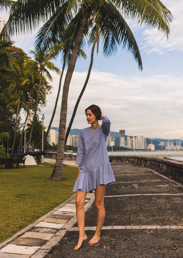 Outfit mit hellblauem Streifenkleid von Zara