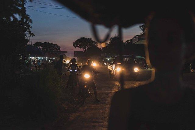 Am Abend im Kambodscha Tuktuk fahren