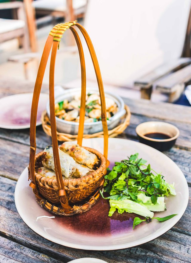 Vietnamesische Frühlingsrollen im restaurant Cau Go in Hanoi