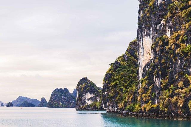 Felsen in der Bay Tu Long Bucht