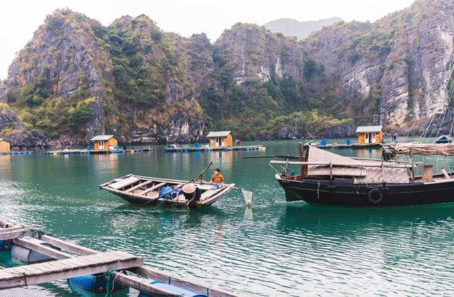 Fischer im Floating Village in der Bay Tu Long Bay