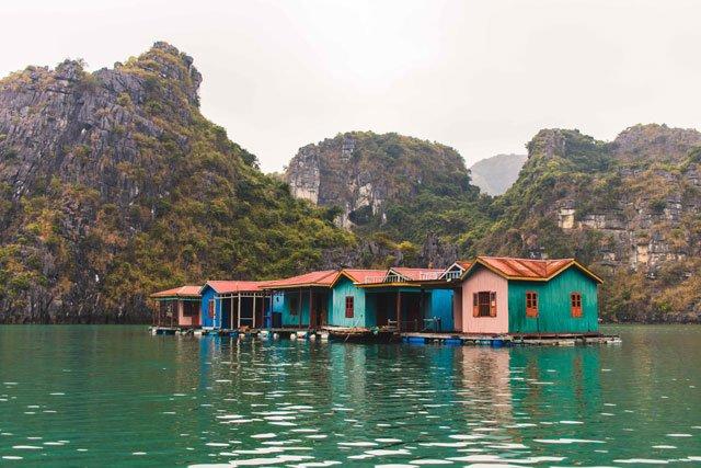 Häuser vom Floating Village in der Bay Tu Long Bay