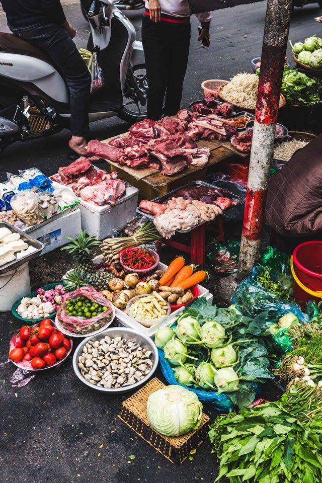 Fleisch und Gemüse auf dem Markt in der Altstadt von Hanoi