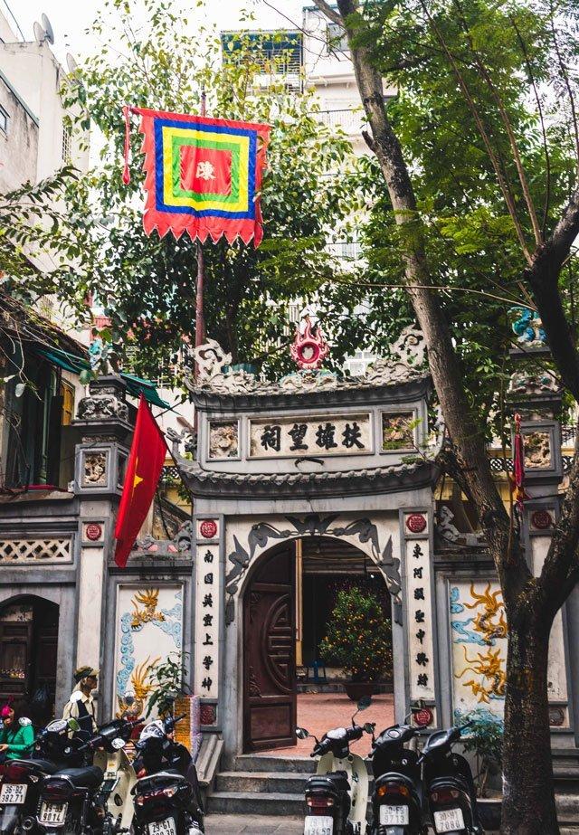 Eingang zum Tempel in der Altstadt von Hanoi