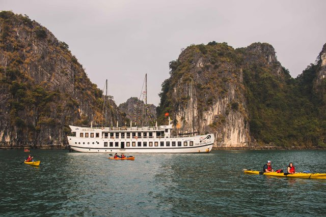 Kajak fahren in der Bay Tu Long Bucht