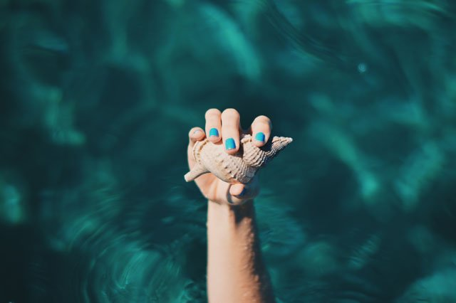Blau lackierte Nägel