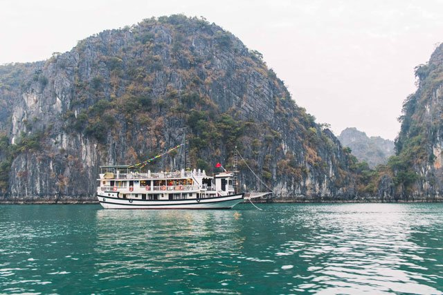 Boot von Swan Cruises in der Bay Tu Long Bucht