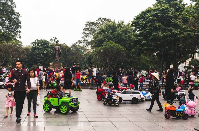 Spielende Kinder an Neujahr in Hanoi