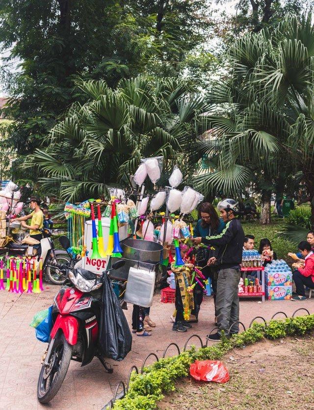 Zuckerwatte Verkäufer an Neujahr in Hanoi