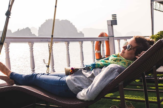 Sonnenbad in der Bay Tu Long Bay mit Swan Cruises