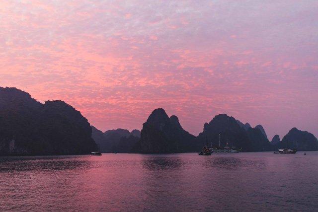 Sonnenuntergang in der Bay Tu Long Bay in Vietnam