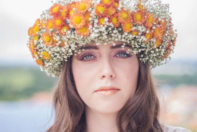 Porträt mit Blumenkranz