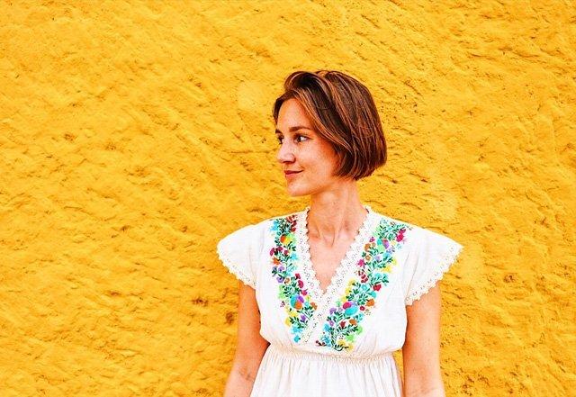 Porträt mit bestickter Bluse mit Blumen aus Mexiko