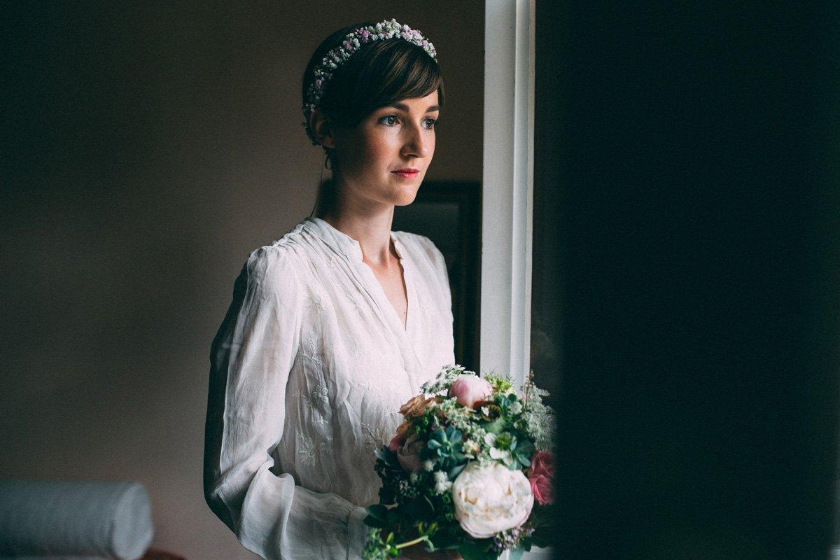 Braut mit Brautkleid im Vintage Stil, Haarkranz und Brautstrauß