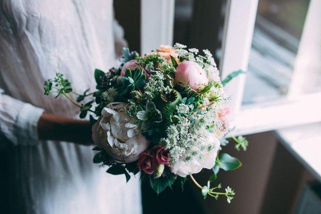 Brautstrauß mit Sukkulenten und Pfingstrosen