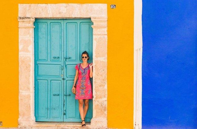 Pinkes Kleid mit blauen Stickereien aus Mexiko