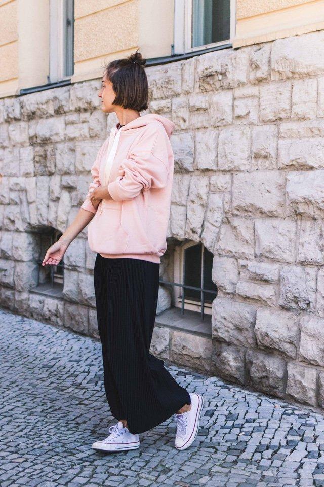 Outfit mit rosa Hoodie und schwarzen Culottes