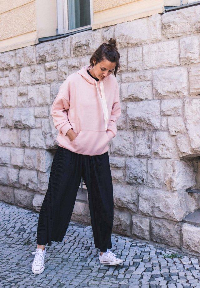 Outfit mit schwarzen Culottes und rosa Hoodie