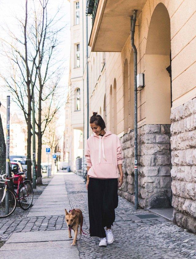 Outfit mit schwarzen Culottes und rosa Kapuzenpullover