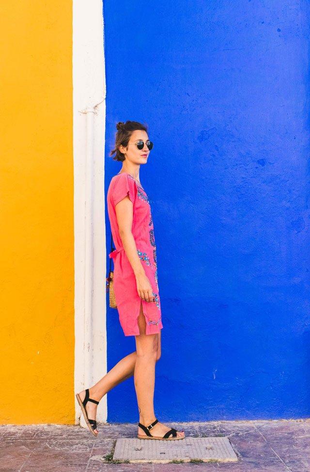 Outfit mit Sommerkleid in Pink und Blau