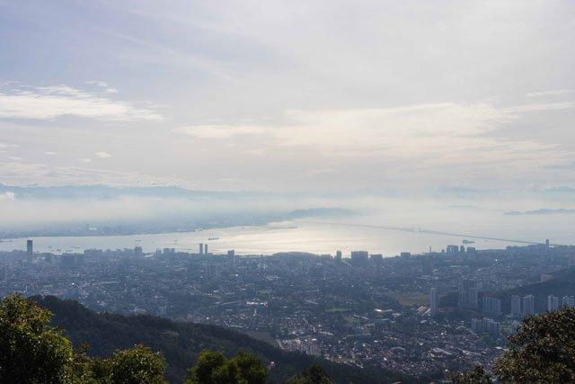Blick vom Penang Hill auf das Meer