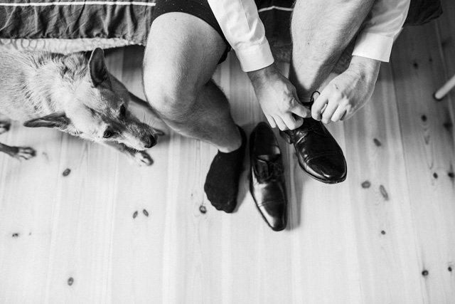 Bräutigam mit schwarzen Lederschuhen