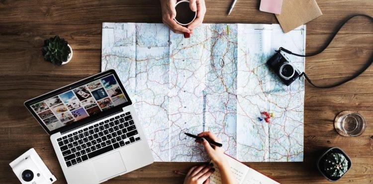 Flatlay mit Landkarte und Technik