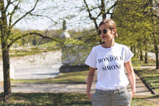 """Im Shirt """"Bonjour Simone"""" aus der Kauf Dich Glücklich x This Is Jane Wayne Kollektion"""