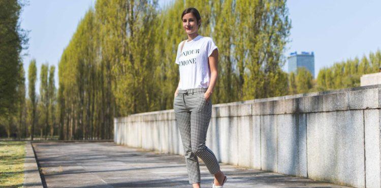Outfit mit Mules von Edited und karierter Hose von Mango