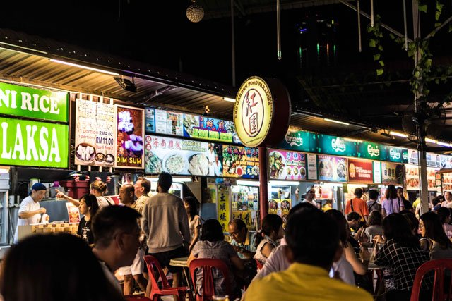 Stände im Red Garden Food Paradise + Night Market in George Town auf Penang