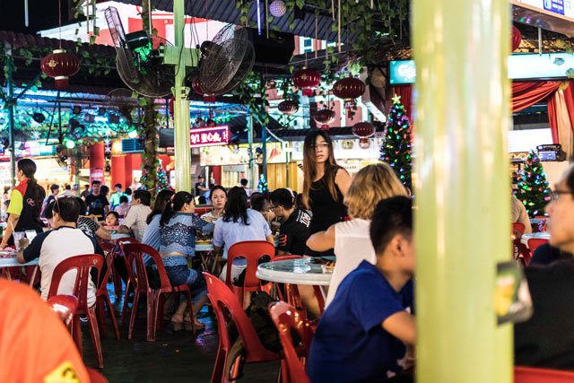 Tische im Red Garden Food Paradise + Night Market in George Town auf Penang