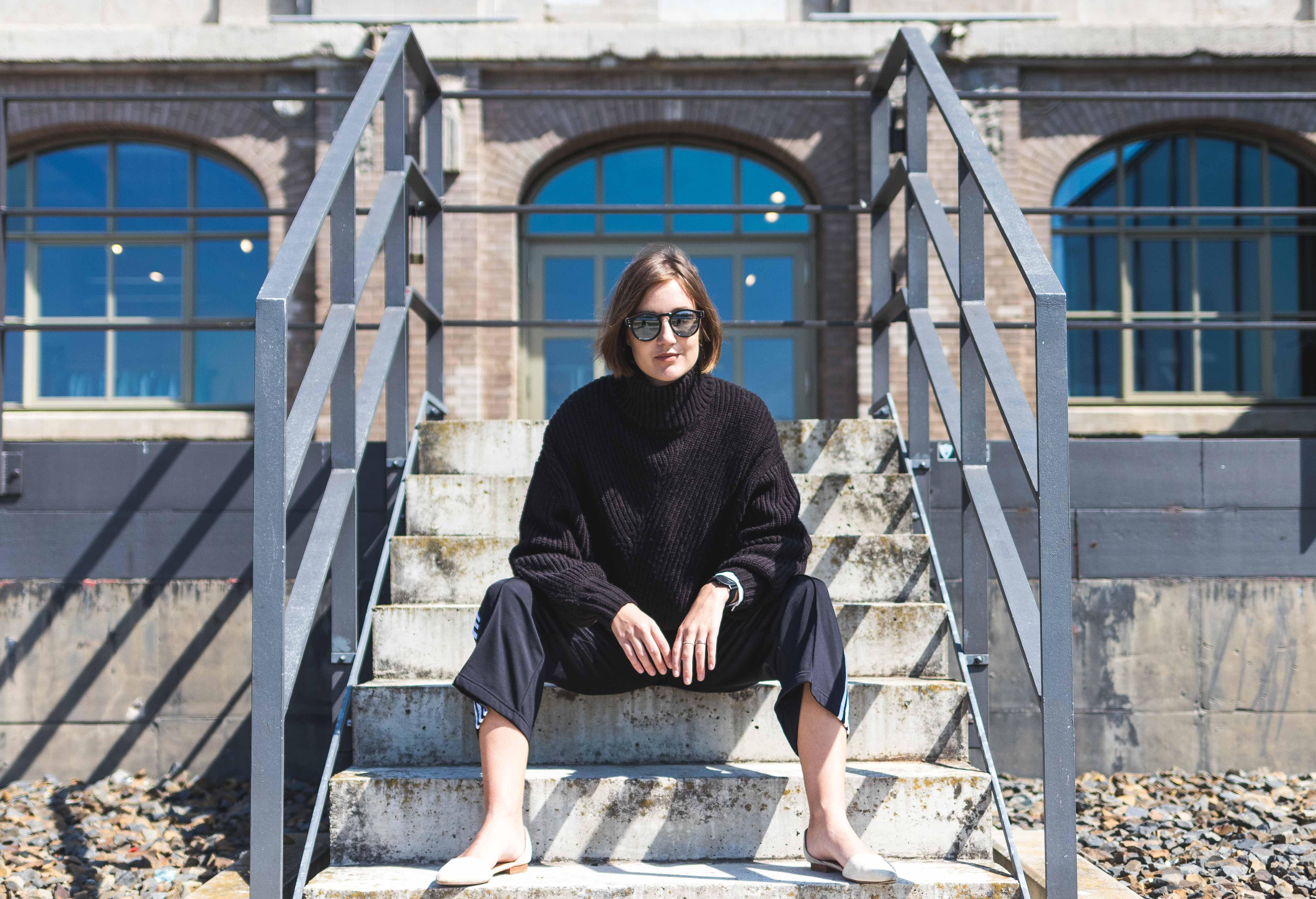 Outfit mit Strickpullover von Weekday und Hose von Adidas
