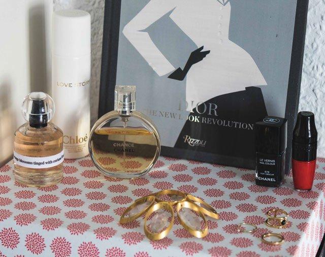 Parfüm und Nagellack auf Schlafzimmerkommode