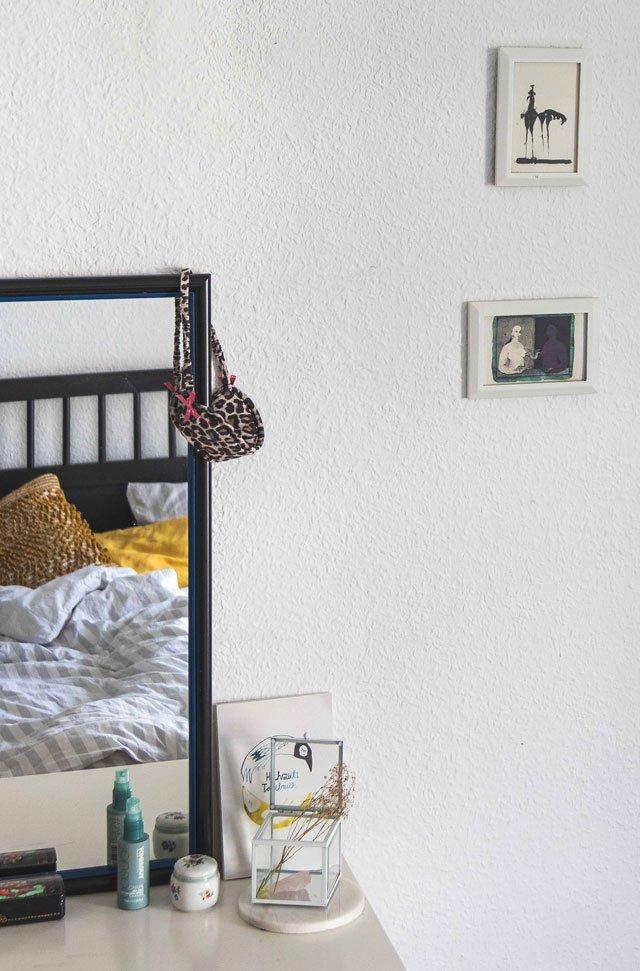 Bilder und Kommode im Schlafzimmer