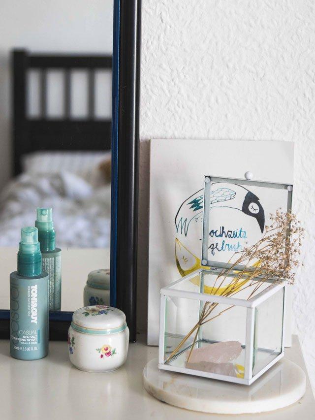 Spiegel und Kommode im Schlafzimmer